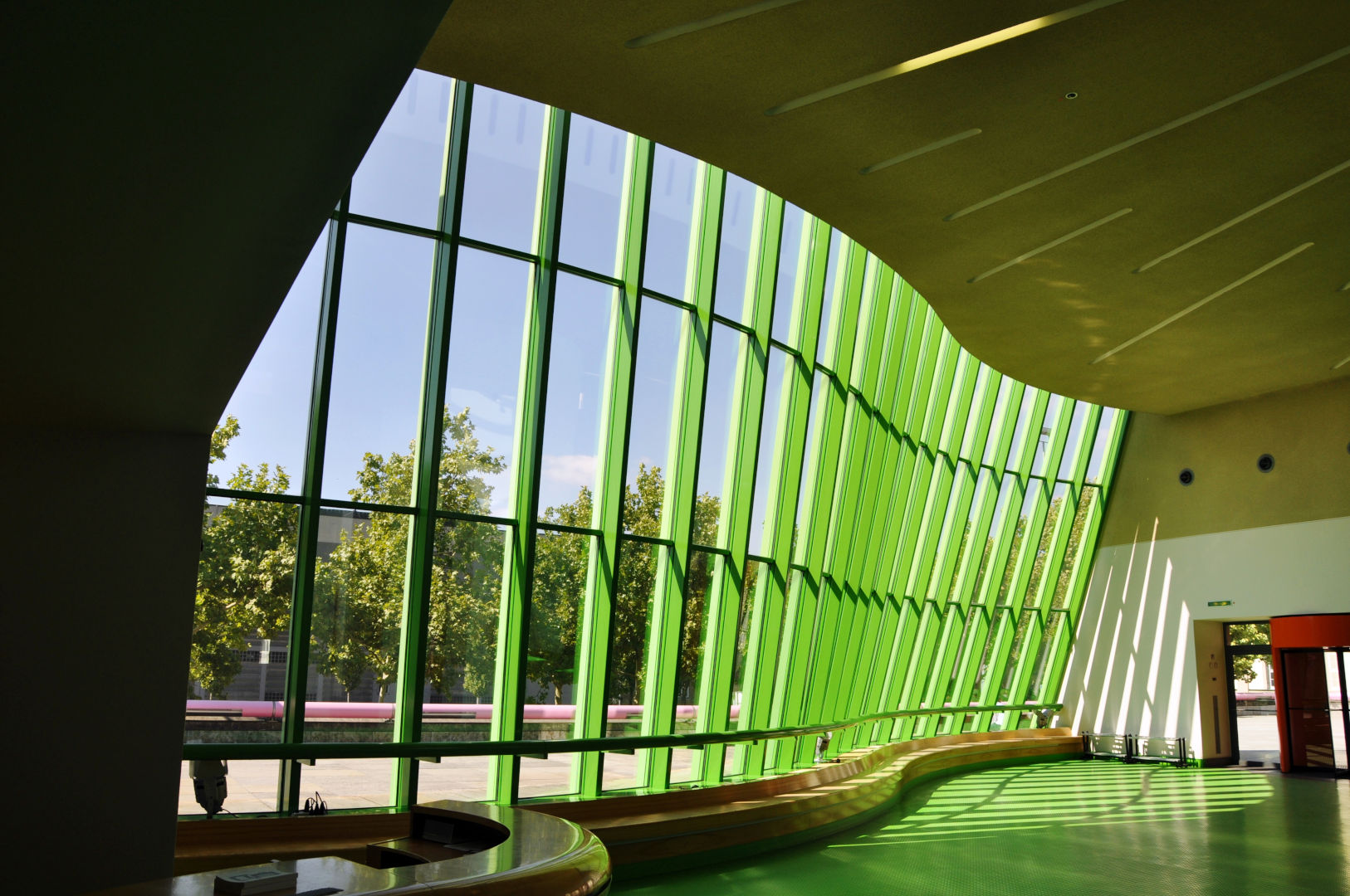 Fig.2 - JAMES STIRLING & MICHAEL WILFORD, membrana vetrata vista dal centro informazioni, Neue Staatsgalerie, Stuttgart, 1979 – 1984, foto Jaime Silva on Flickr (23 agosto 2009, Creative Commons – Attribuzione non commerciale)